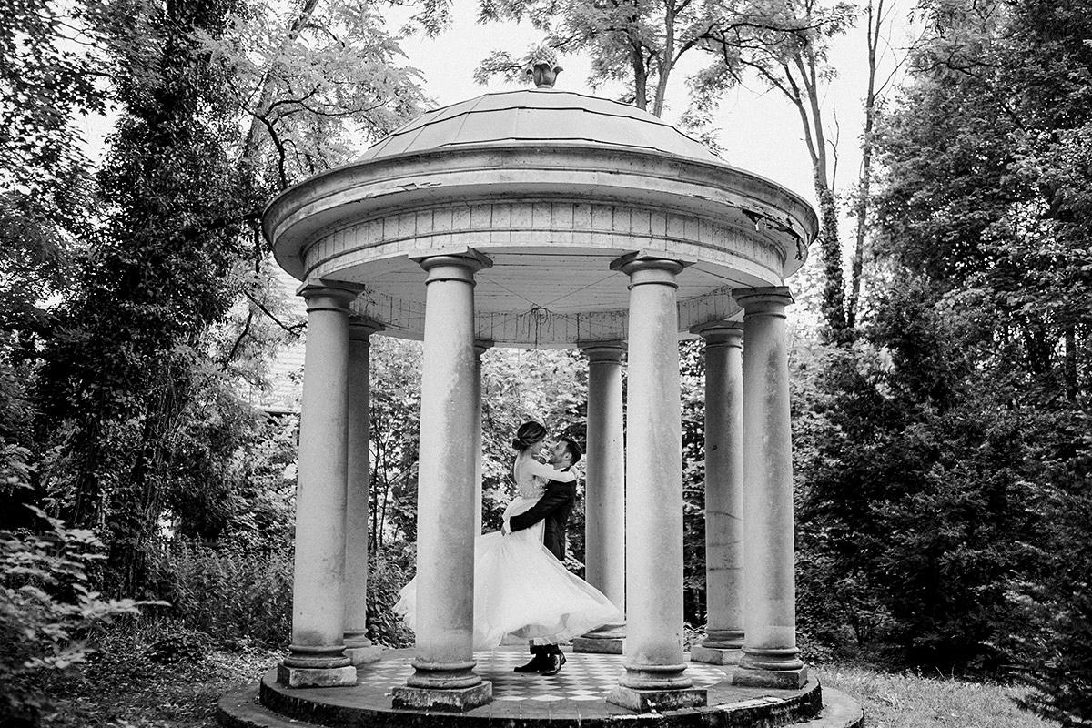 Inspiration Pose romantisches Hochzeitsfoto Braut und Bräutigam vintage Schlosshochzeit - Schloss Blankensee Hochzeit Hochzeitsfotograf Berlin © www.hochzeitslicht.de