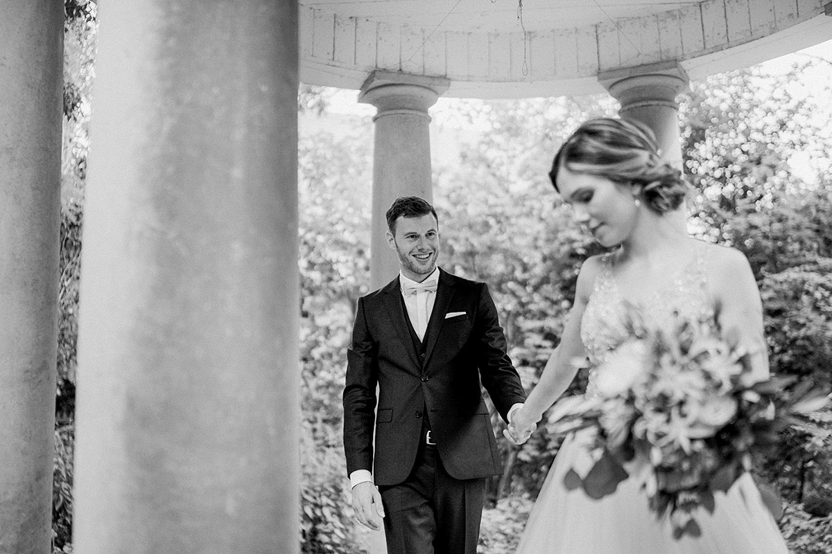 Posieren Fotoshooting Brautpaar Vintagehochzeit - Schloss Blankensee Hochzeit Hochzeitsfotograf Berlin © www.hochzeitslicht.de