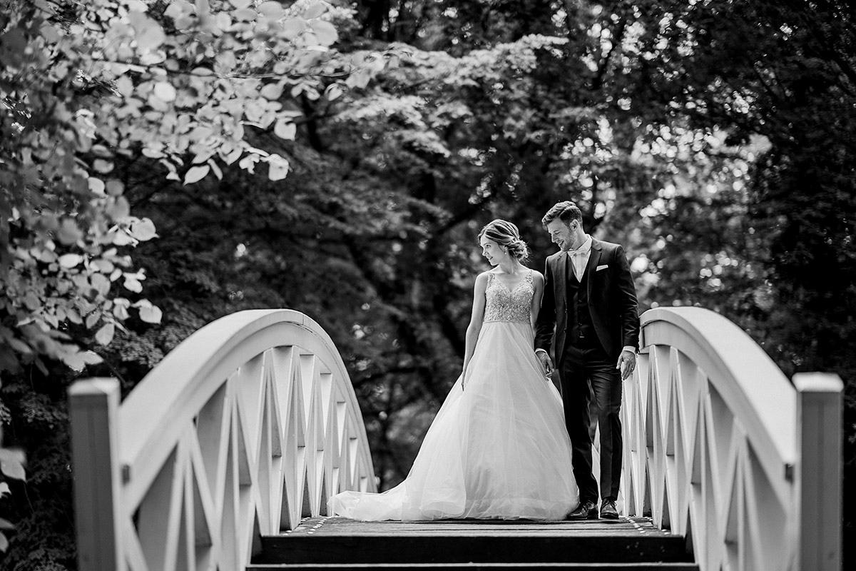 Idee natürliches Hochzeitsfotoshooting Brautpaar am Wasser auf Brücke - Schloss Blankensee Hochzeit Hochzeitsfotograf Berlin © www.hochzeitslicht.de