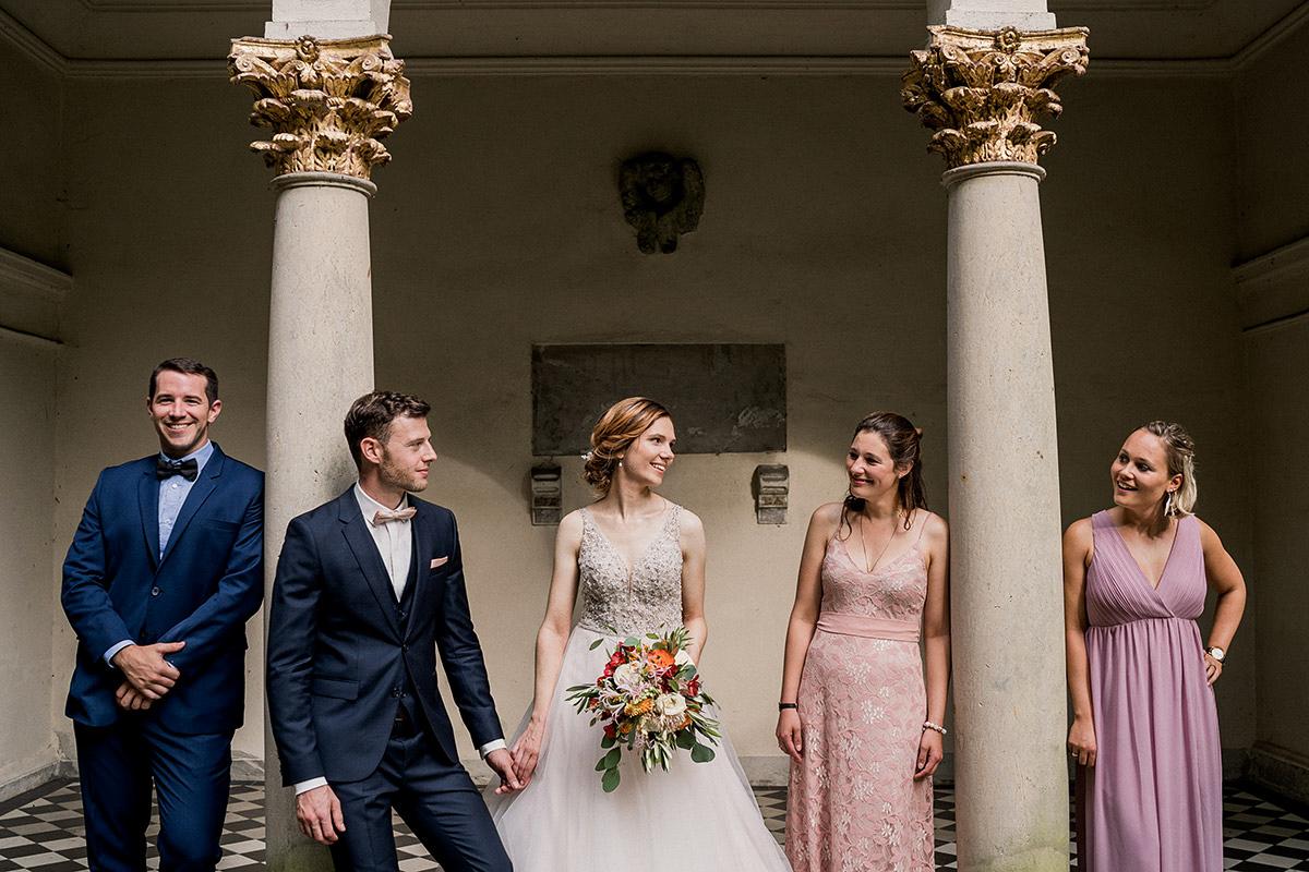 Idee Fotoshooting Brautpaar mit Trauzeugen - Schloss Blankensee Hochzeit Hochzeitsfotograf Berlin © www.hochzeitslicht.de