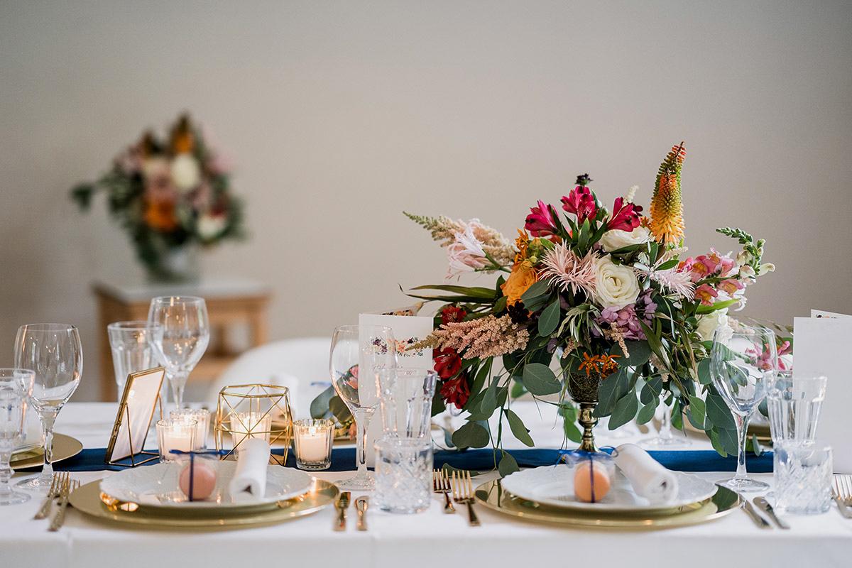 Idee Tischdekoration DIY Hochzeit elegante Schlosshochzeit Sommer gold weiß blau bunte Blumen - Schloss Blankensee Hochzeit Hochzeitsfotograf Berlin © www.hochzeitslicht.de