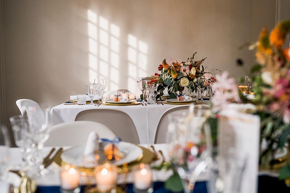Idee Dekoration Tisch DIY Hochzeit vintage Landhochzeit weiß gold blau Blumen - Schloss Blankensee Hochzeit Hochzeitsfotograf Berlin © www.hochzeitslicht.de