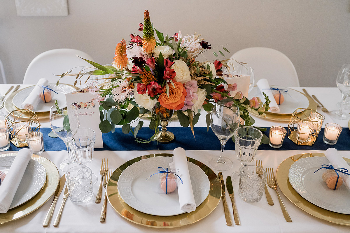 Idee vintage Hochzeit Tischdekoration Blumen gold weiß blau - Schloss Blankensee Hochzeit Hochzeitsfotograf Berlin © www.hochzeitslicht.de