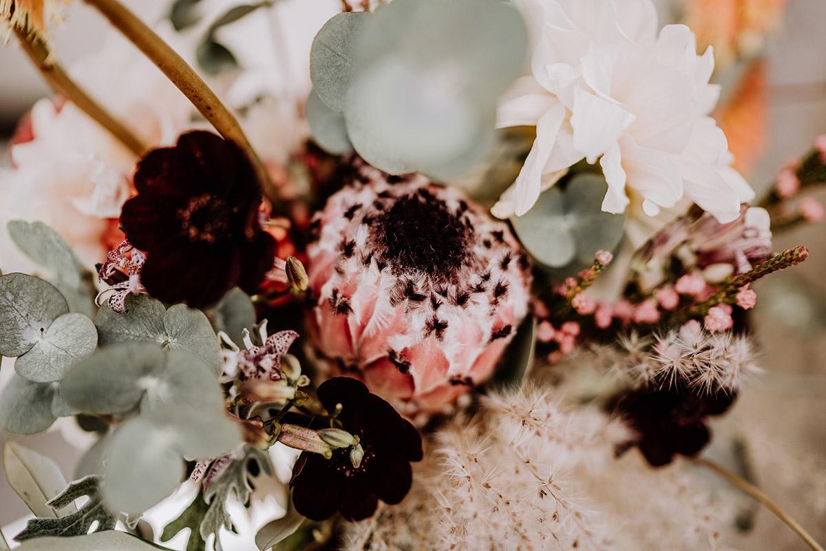 Hochzeitsfoto Hochzeitsblumen Protea und Eukalyptus - Hochzeitsfotografin aus Berlin fotografiert After Wedding Shooting mit Alpakas in Brandenburg © Hochzeitsfotograf Berlin www.hochzeitslicht.de
