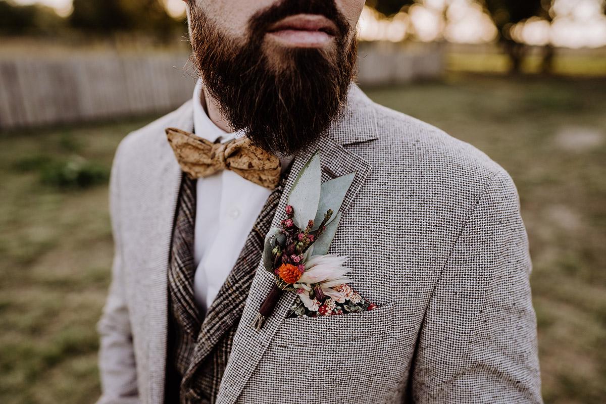 Idee Hochzeit Outfit Bräutigam und Ansteckblumen - Hochzeitsfotografin aus Berlin fotografiert After Wedding Shooting mit Alpakas in Brandenburg © Hochzeitsfotograf Berlin www.hochzeitslicht.de