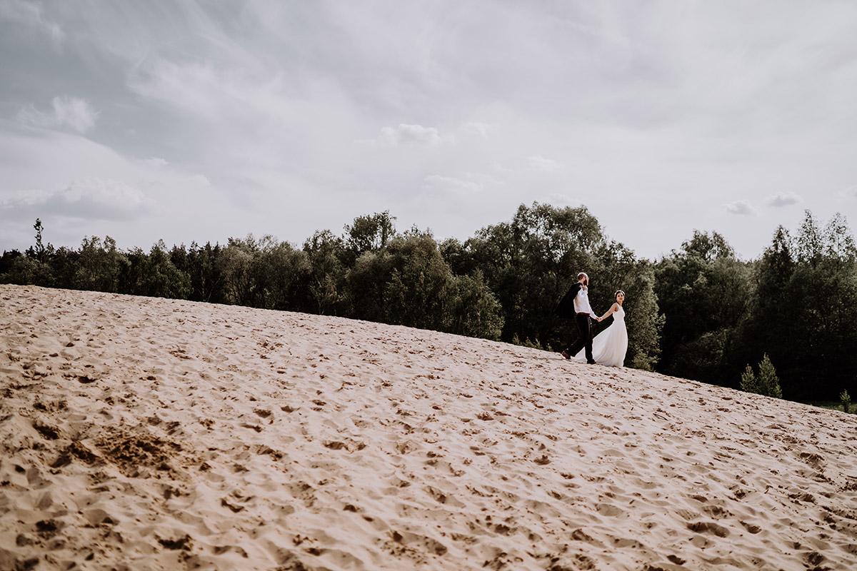 Hochzeitsfotoshooting Brautpaar Strandhochzeit - standesamtliche Trauung Alte Neuendorfer Kirche und Hochzeitsfeier Restaurant Grunewaldturm von Hochzeitsfotografin Potsdam und Berlin © www.hochzeitslicht.de