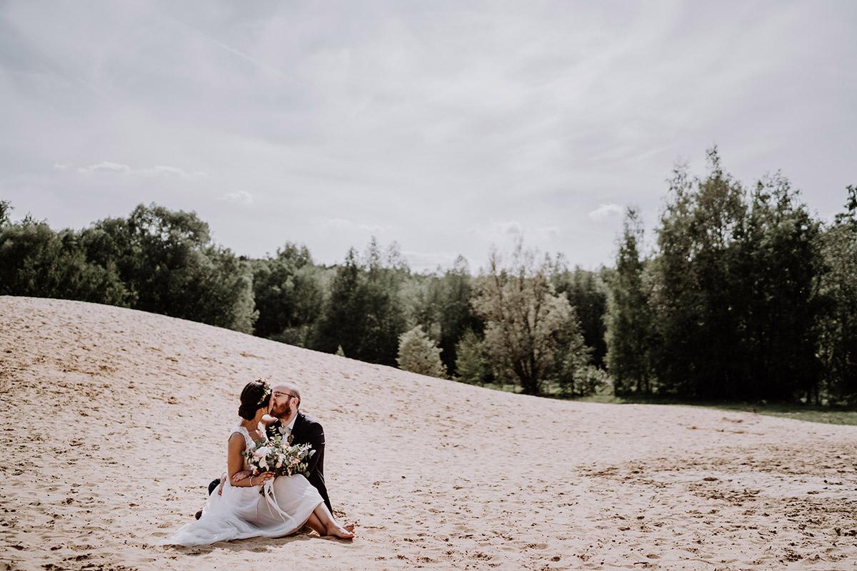 romantisches Hochzeitsshooting Strandhochzeit - standesamtliche Trauung Alte Neuendorfer Kirche und Hochzeitsfeier Restaurant Grunewaldturm von Hochzeitsfotografin Potsdam und Berlin © www.hochzeitslicht.de