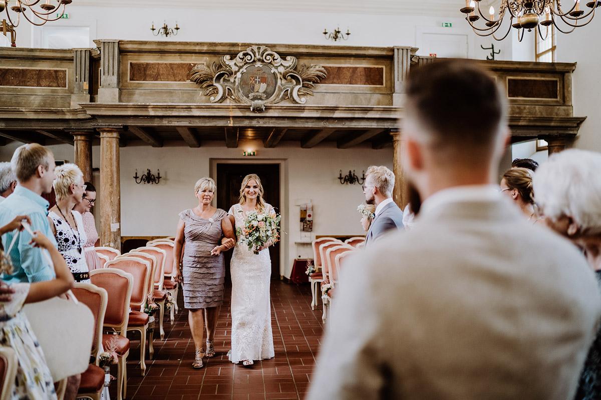 Hochzeitsfoto Einzug Braut Standesamtliche Hochzeit Schlosskirche Schöneiche - Hochzeit in Scheune und Standesamt in Kirche Berlin von Hochzeitsfotografin © www.hochzeitslicht.de