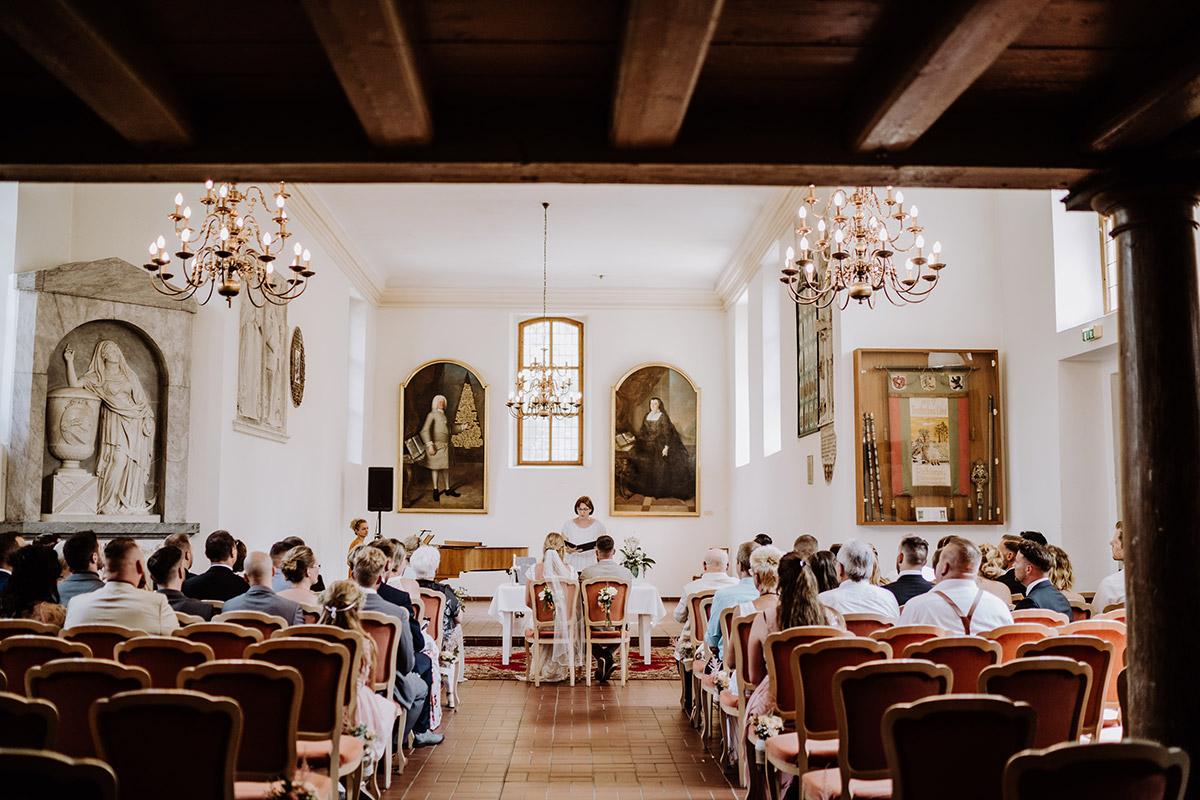 Hochzeitsfoto Trauung Standesamt Schöneiche - Hochzeit in Scheune und Standesamt in Kirche Berlin von Hochzeitsfotografin © www.hochzeitslicht.de