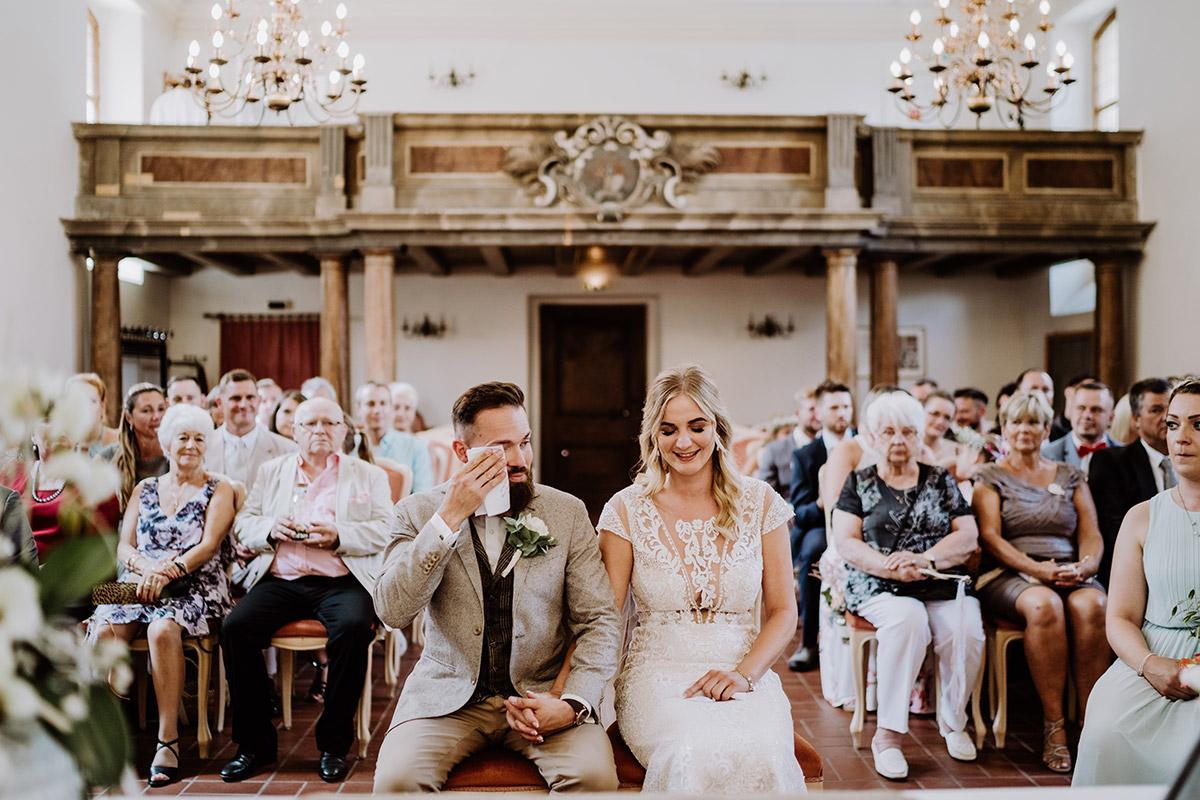 authentisches Hochzeitsfoto Trauung Standesamt Schlosskirche Schöneiche - Hochzeit in Scheune und Standesamt in Kirche Berlin von Hochzeitsfotografin © www.hochzeitslicht.de