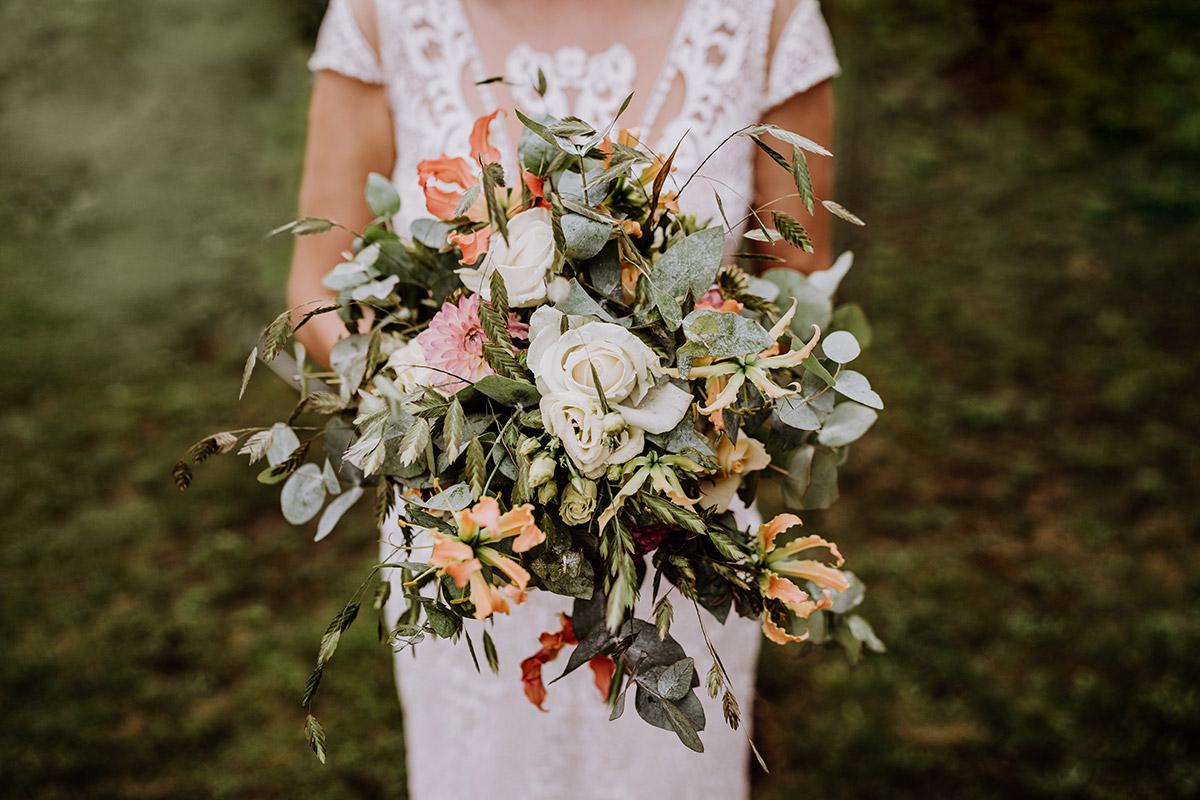Idee kreative Hochzeitsblumen vintage Landhochzeit weiße rosen, Eukalyptus - Hochzeit in Scheune und Standesamt in Kirche Berlin von Hochzeitsfotografin © www.hochzeitslicht.de