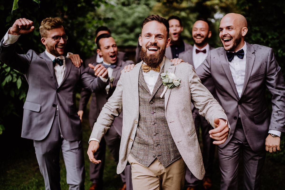 Idee lustiges Hochzeitsfoto Bräutigam mit Trauzeugen - Hochzeit in Scheune und Standesamt in Kirche Berlin von Hochzeitsfotografin © www.hochzeitslicht.de