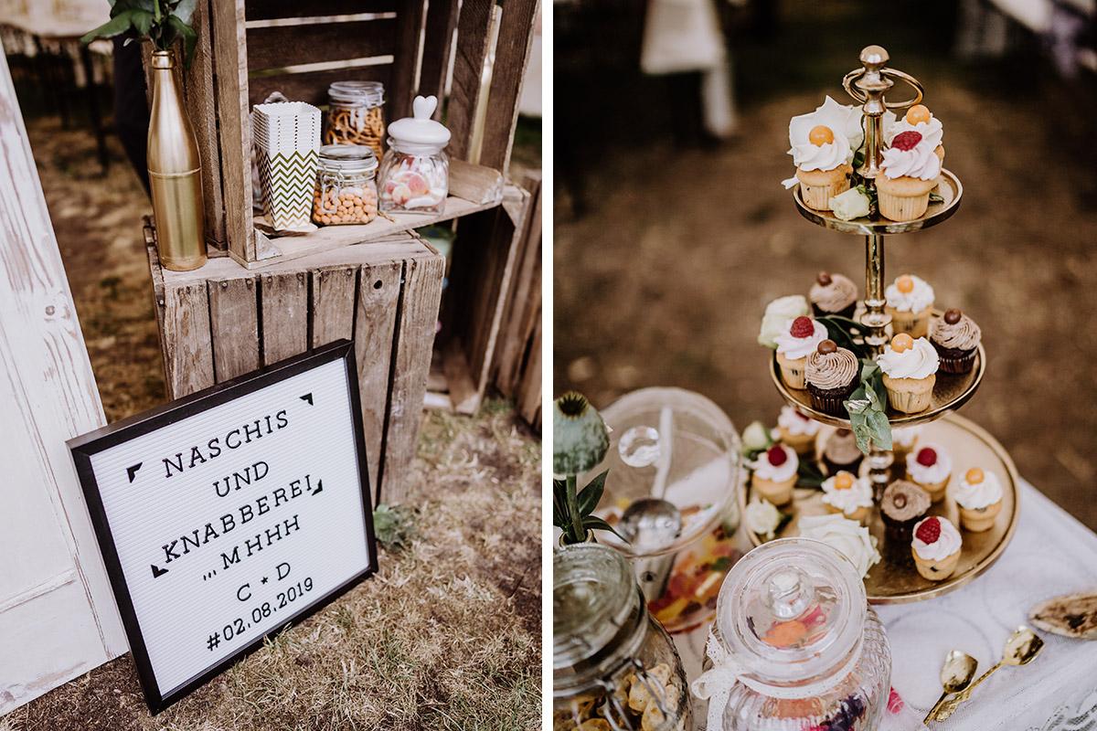 Ideen DIY Hochzeit Candy Bar Cupcakes - Hochzeit in Scheune und Standesamt in Kirche Berlin von Hochzeitsfotografin © www.hochzeitslicht.de