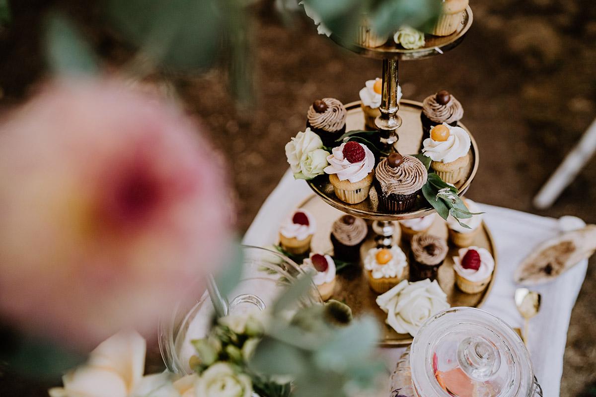 Ideen DIY Hochzeit Cupcakes - Hochzeit in Scheune und Standesamt in Kirche Berlin von Hochzeitsfotografin © www.hochzeitslicht.de