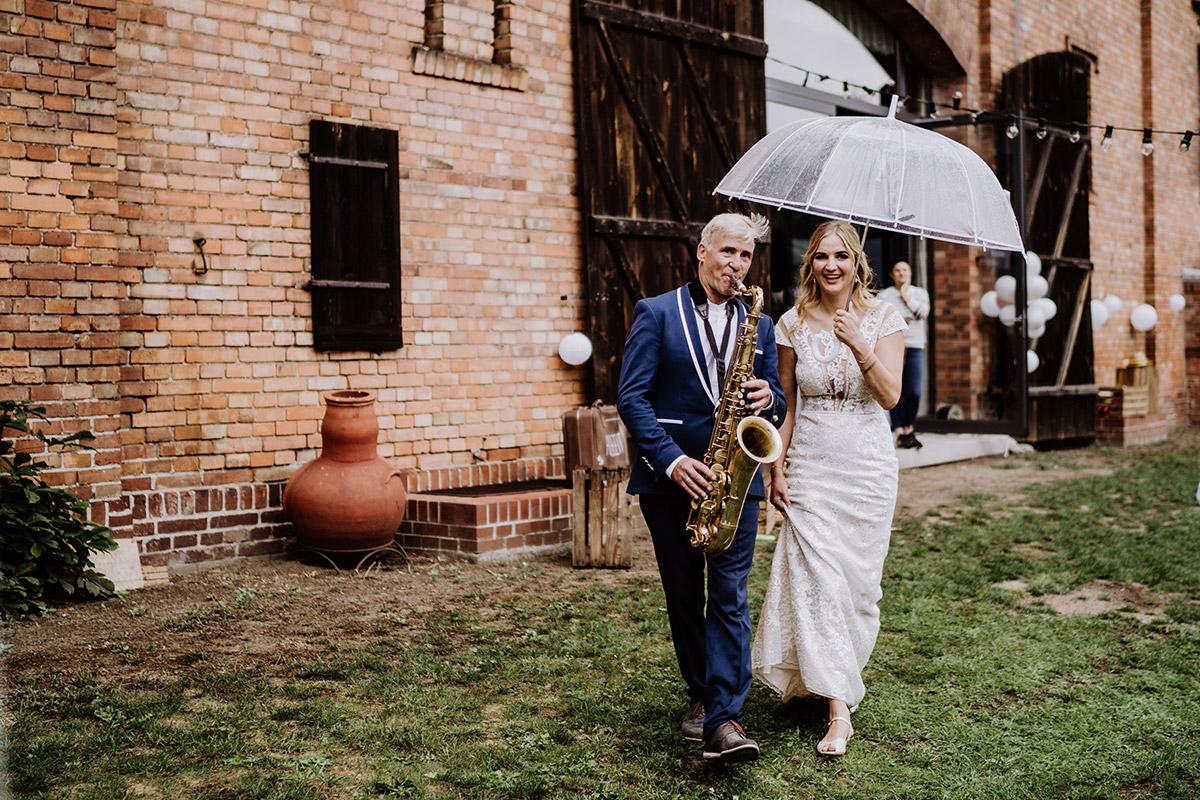 Hochzeitsfoto Musik Unterhaltung für Gäste Regenhochzeit - Hochzeit in Scheune und Standesamt in Kirche Berlin von Hochzeitsfotografin © www.hochzeitslicht.de