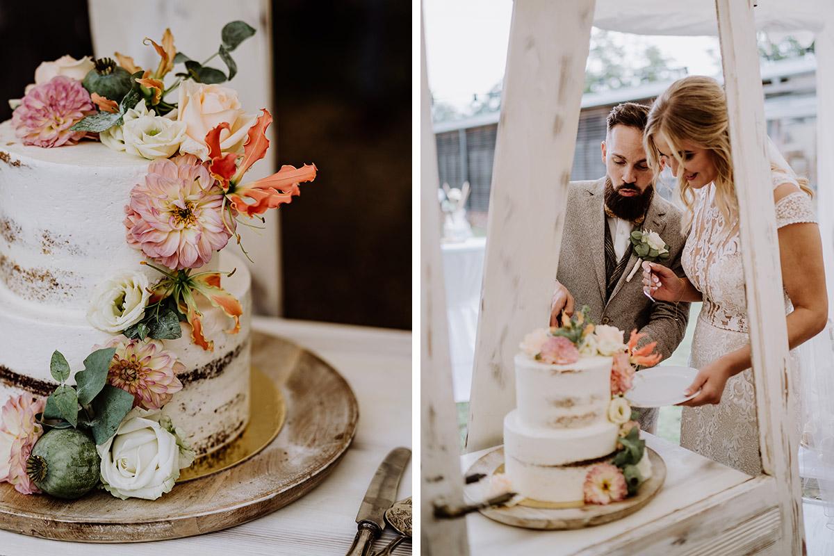 Idee weiße Hochzeitstorte Naked Cake ohne Fondant mit Blumen - Hochzeit in Scheune und Standesamt in Kirche Berlin von Hochzeitsfotografin © www.hochzeitslicht.de