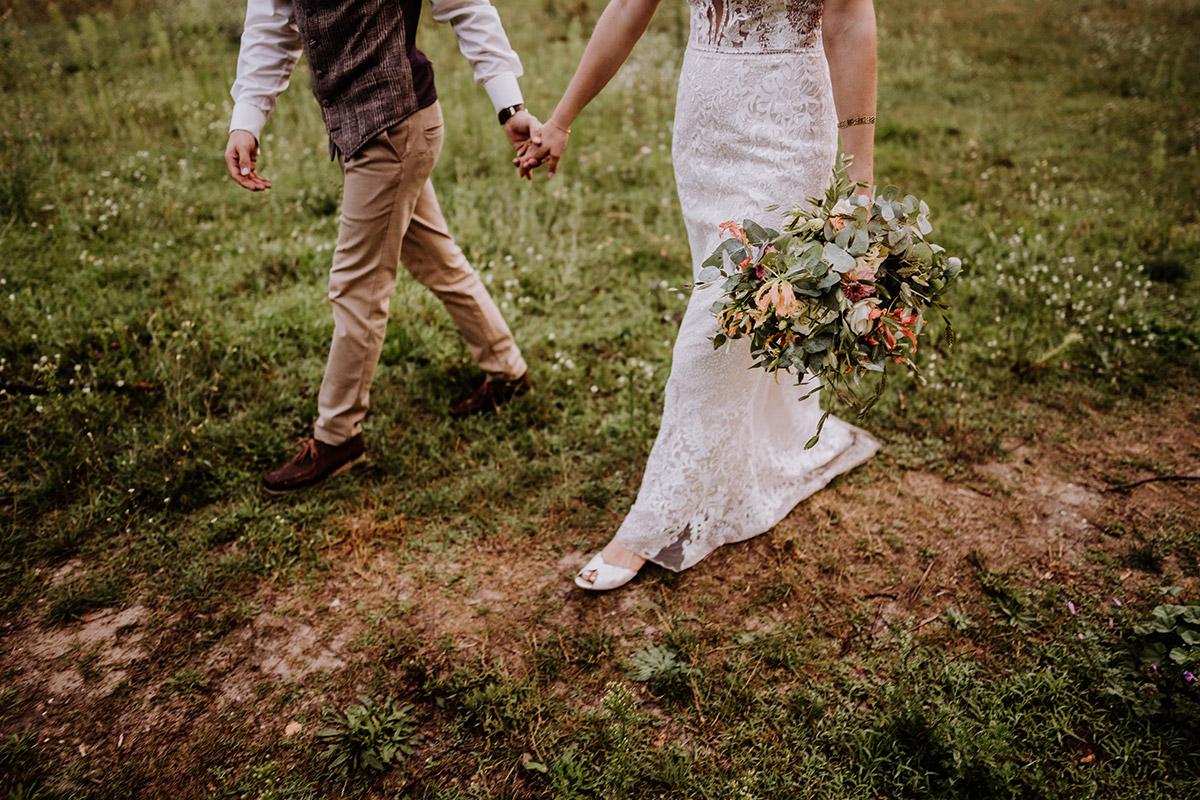 Idee modernes Hochzeitsfoto Brautpaar - Hochzeit in Scheune und Standesamt in Kirche Berlin von Hochzeitsfotografin © www.hochzeitslicht.de