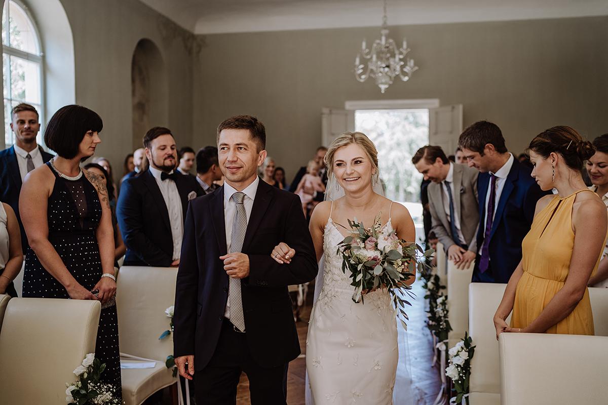 Hochzeitsfoto Einzug Braut freie Trauung Kirche - elegante deutsch-russisch-amerikanische Schloss Steinhöfel Hochzeit von Hochzeitsfotograf Brandenburg © www.hochzeitslicht.de