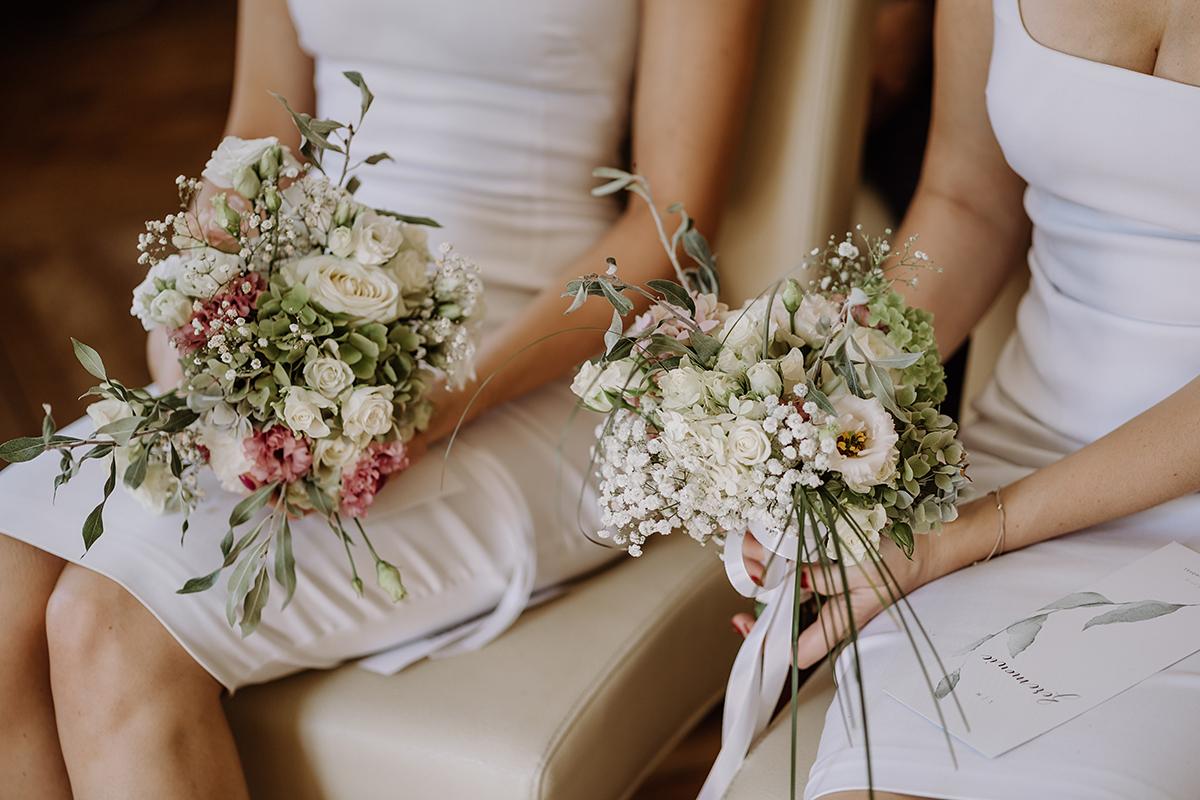 Foto Hochzeit Brautjungfern mit Brautjungfernsträußen - elegante deutsch-russisch-amerikanische Schloss Steinhöfel Hochzeit von Hochzeitsfotograf Brandenburg © www.hochzeitslicht.de