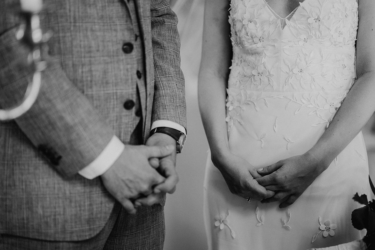 modernes Hochzeitsfoto Brautpaar freie Trauung Kirche - elegante deutsch-russisch-amerikanische Schloss Steinhöfel Hochzeit von Hochzeitsfotograf Brandenburg © www.hochzeitslicht.de