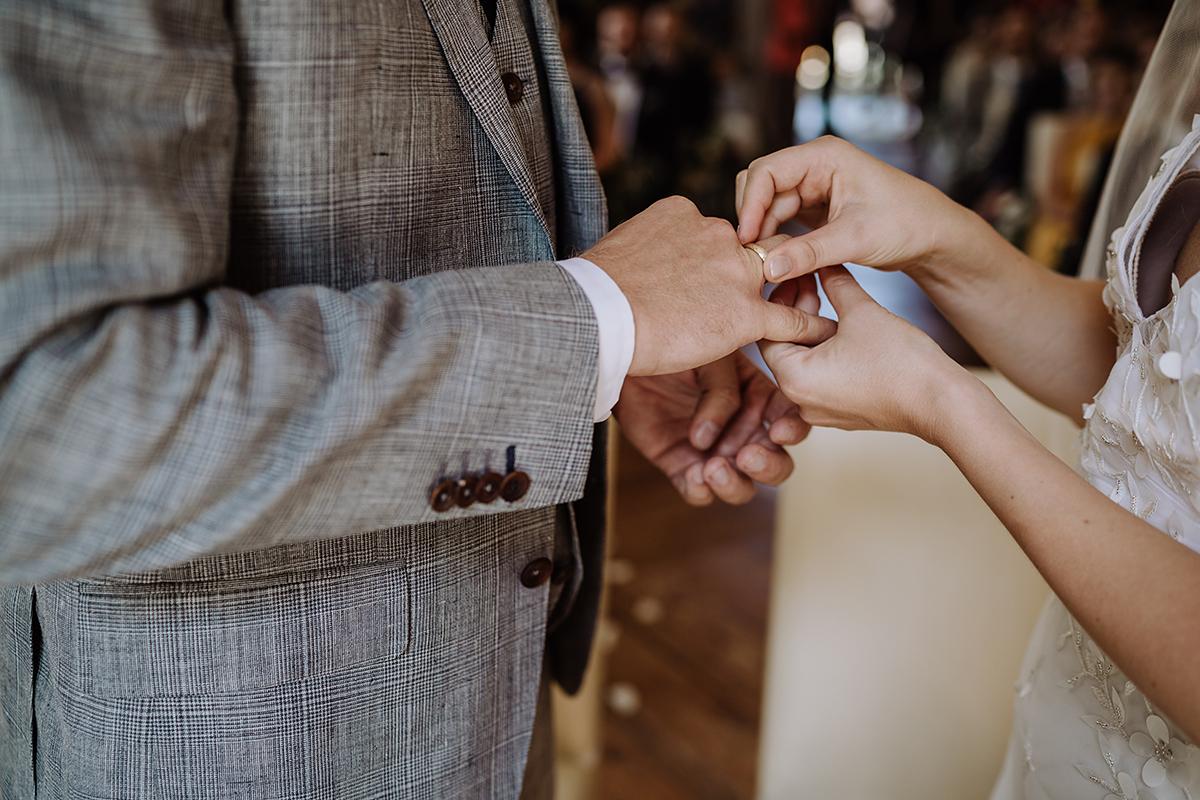 Idee Posieren Ringtausch Foto - elegante deutsch-russisch-amerikanische Schloss Steinhöfel Hochzeit von Hochzeitsfotograf Brandenburg © www.hochzeitslicht.de