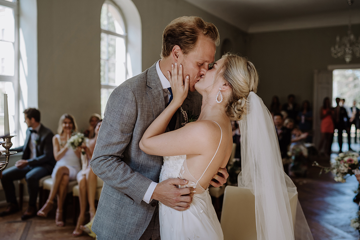 Hochzeitsfoto Brautpaar Kuss freie Trauung Kirche - elegante deutsch-russisch-amerikanische Schloss Steinhöfel Hochzeit von Hochzeitsfotograf Brandenburg © www.hochzeitslicht.de