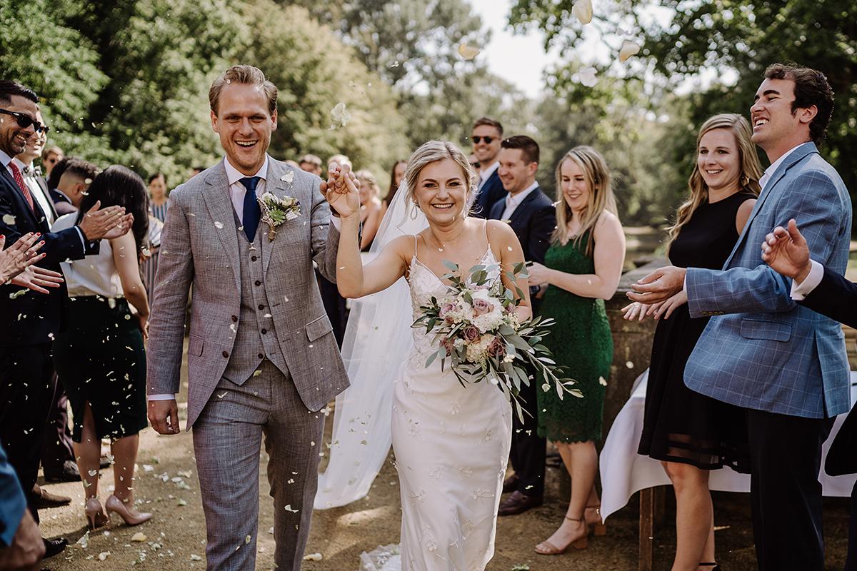 Idee Hochzeitsfoto Auszug Brautpaar - elegante deutsch-russisch-amerikanische Schloss Steinhöfel Hochzeit von Hochzeitsfotograf Brandenburg © www.hochzeitslicht.de