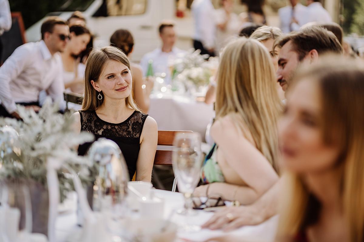 Hochzeitsfotos Gäste internationale Hochzeit Garten - elegante deutsch-russisch-amerikanische Schloss Steinhöfel Hochzeit von Hochzeitsfotograf Brandenburg © www.hochzeitslicht.de