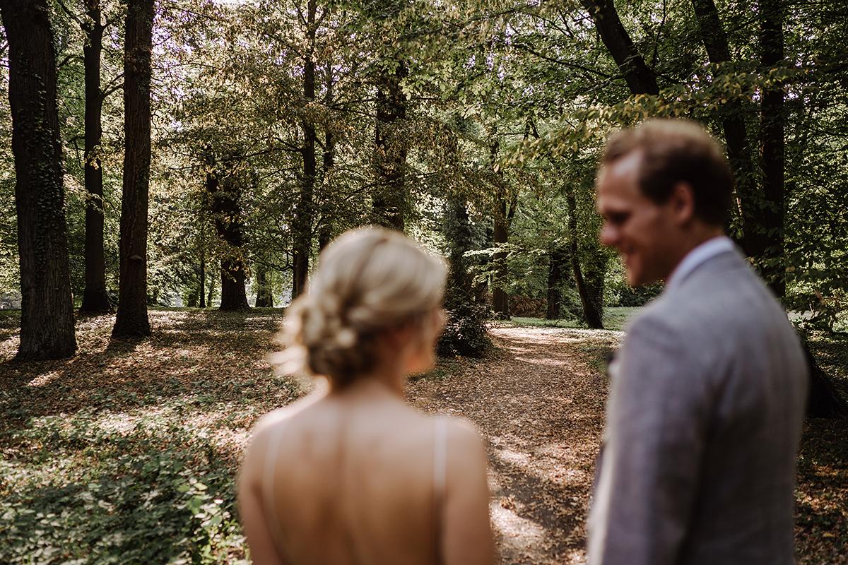 Paarfotoshooting Wald Schlosshochzeit Sommer - elegante deutsch-russisch-amerikanische Schloss Steinhöfel Hochzeit von Hochzeitsfotograf Brandenburg © www.hochzeitslicht.de