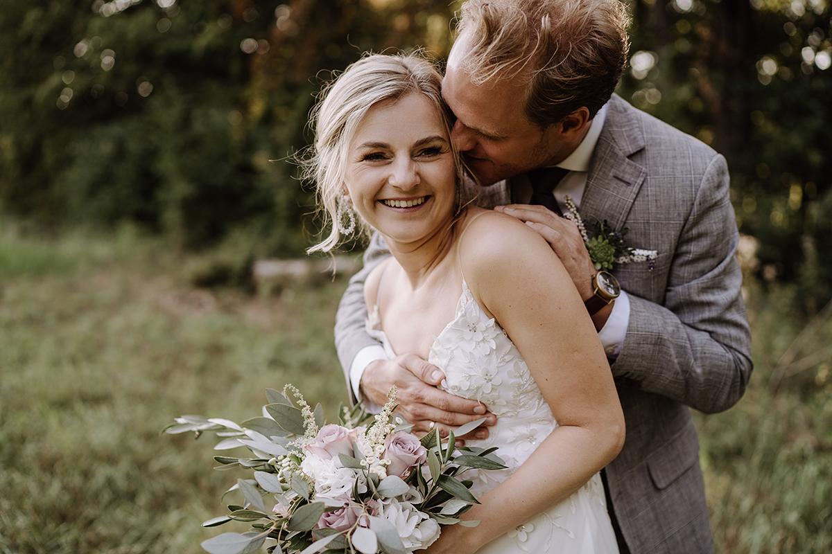 Brautpaarfotos natürlich im Grünen - elegante deutsch-russisch-amerikanische Schloss Steinhöfel Hochzeit von Hochzeitsfotograf Brandenburg © www.hochzeitslicht.de