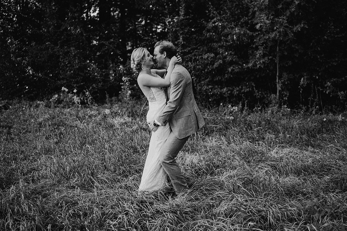 lustiges Brautpaarfotoshooting im Grünen - elegante deutsch-russisch-amerikanische Schloss Steinhöfel Hochzeit von Hochzeitsfotograf Brandenburg © www.hochzeitslicht.de