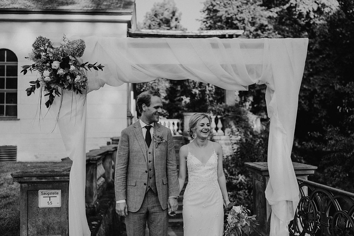 ungestelltes Hochzeitsfoto Einzug Brautpaar - elegante deutsch-russisch-amerikanische Schloss Steinhöfel Hochzeit von Hochzeitsfotograf Brandenburg © www.hochzeitslicht.de