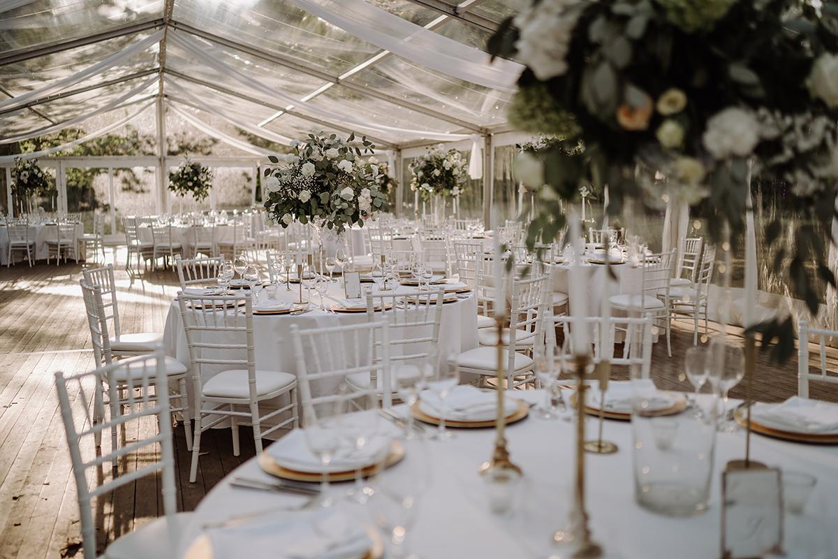 Inspiration Dekoration klassische Hochzeit Zelt - elegante deutsch-russisch-amerikanische Schloss Steinhöfel Hochzeit von Hochzeitsfotograf Brandenburg © www.hochzeitslicht.de