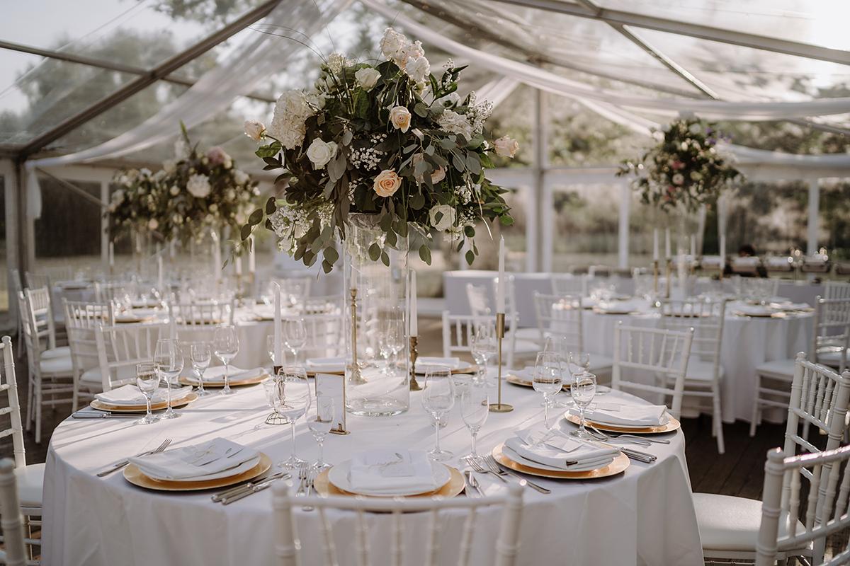 Hochzeitsfoto Tischdekoration klassische internationale Hochzeit Zelt weiß gold - elegante deutsch-russisch-amerikanische Schloss Steinhöfel Hochzeit von Hochzeitsfotograf Brandenburg © www.hochzeitslicht.de