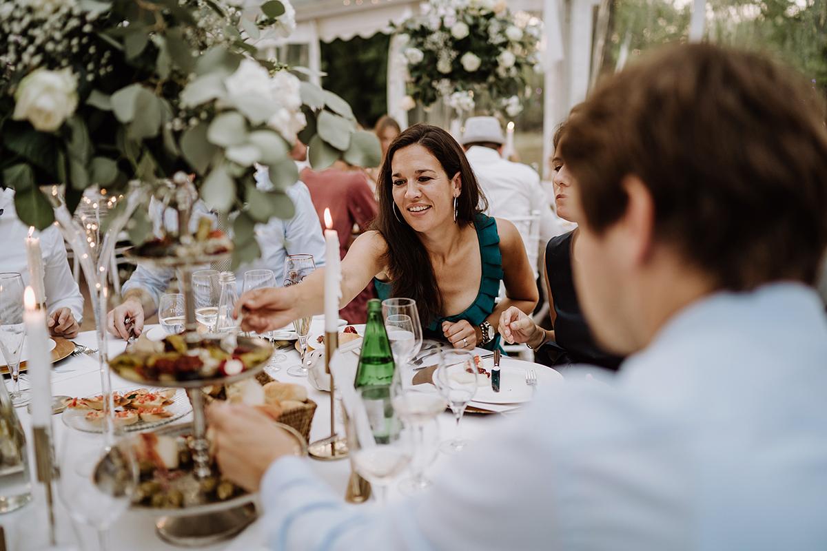 Hochzeitsfotos Gäste Hochzeitsfeier Dinner - elegante deutsch-russisch-amerikanische Schloss Steinhöfel Hochzeit von Hochzeitsfotograf Brandenburg © www.hochzeitslicht.de