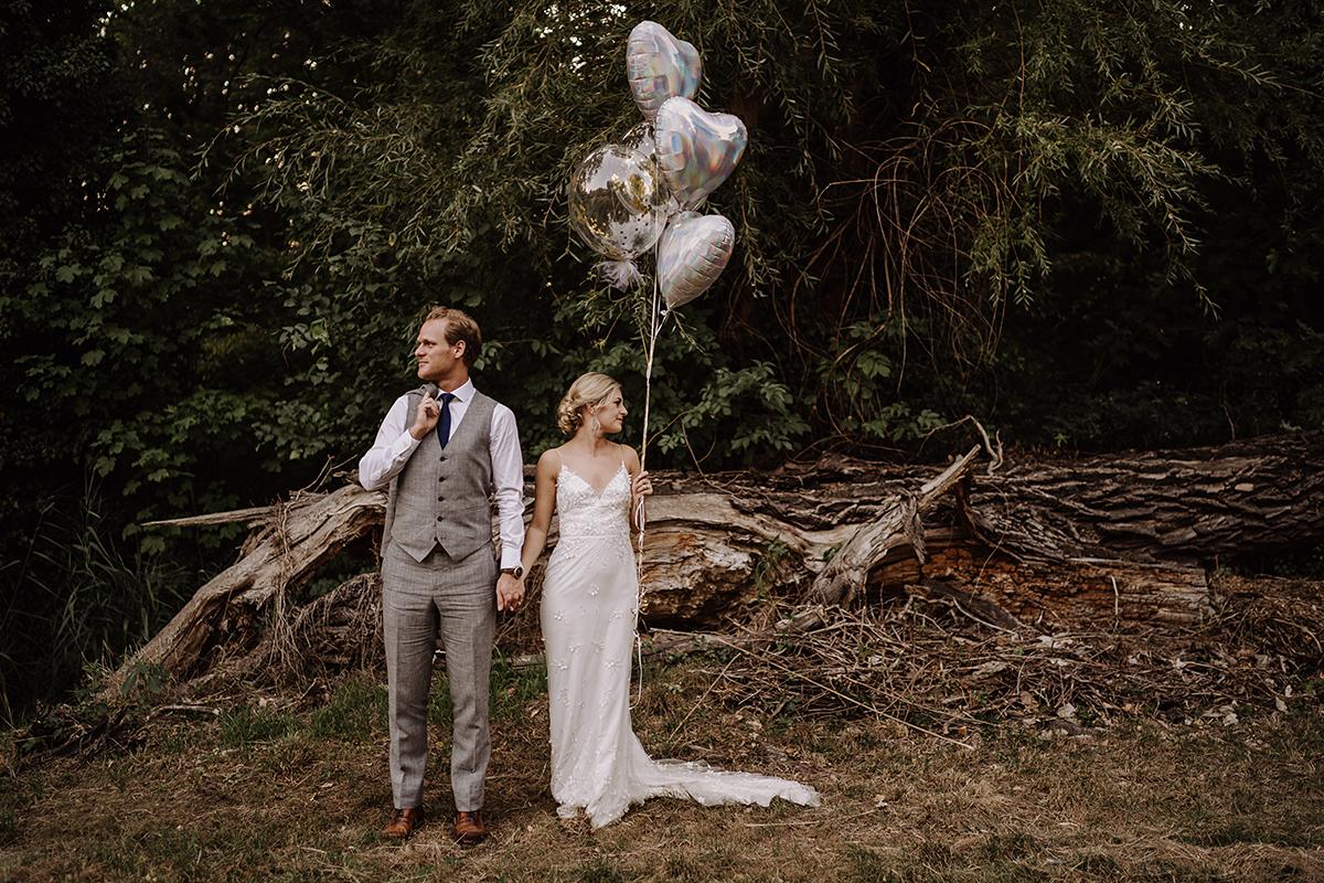Fotoshooting Brautpaar Wald Ballons silber - elegante deutsch-russisch-amerikanische Schloss Steinhöfel Hochzeit von Hochzeitsfotograf Brandenburg © www.hochzeitslicht.de