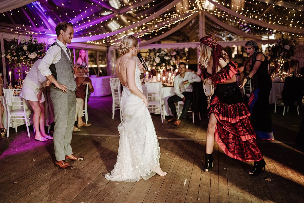 Hochzeitsreportagefoto Tanz Hochzeitsfeier Zelt - elegante deutsch-russisch-amerikanische Schloss Steinhöfel Hochzeit von Hochzeitsfotograf Brandenburg © www.hochzeitslicht.de