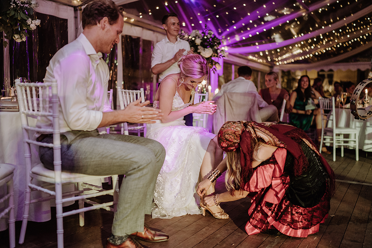 Hochzeitsfoto Hochzeitsparty Spiel Schuhklau - elegante deutsch-russisch-amerikanische Schloss Steinhöfel Hochzeit von Hochzeitsfotograf Brandenburg © www.hochzeitslicht.de