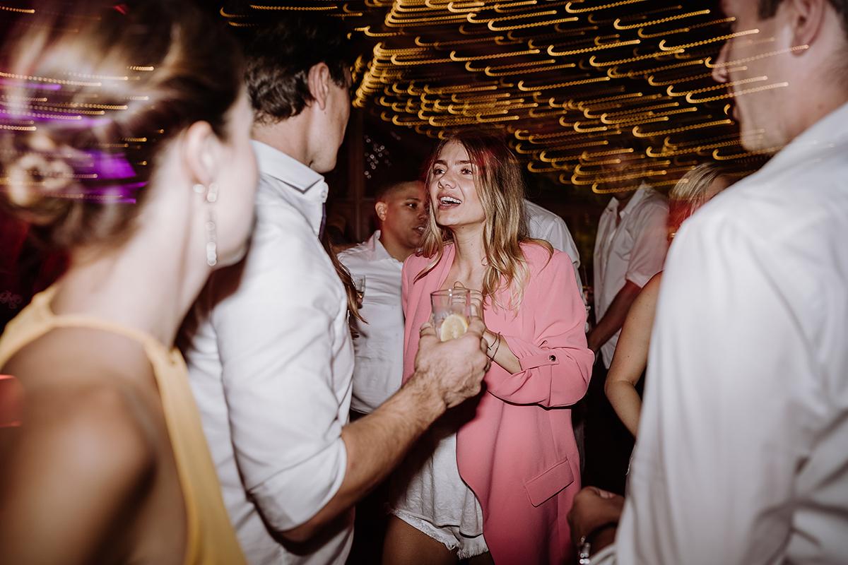 Hochzeitsfoto Gäste Hochzeitsparty am Abend- elegante deutsch-russisch-amerikanische Schloss Steinhöfel Hochzeit von Hochzeitsfotograf Brandenburg © www.hochzeitslicht.de