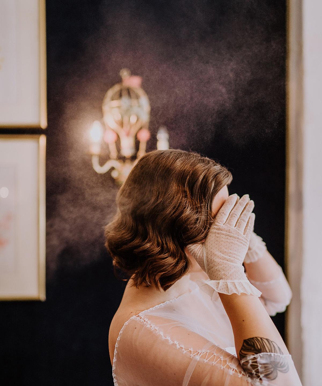 Idee lustiges Hochzeitsfoto Braut First Look boho Vintagehochzeit im Herbst; Brautkleid mit transparenten Ärmeln, tiefer Rückenausschnitt; tätowierte Braut - moderne, hippe und urbane Hochzeitsreportage im von Greifswald Berlin von Hochzeitsfotografin © www.hochzeitslicht.de