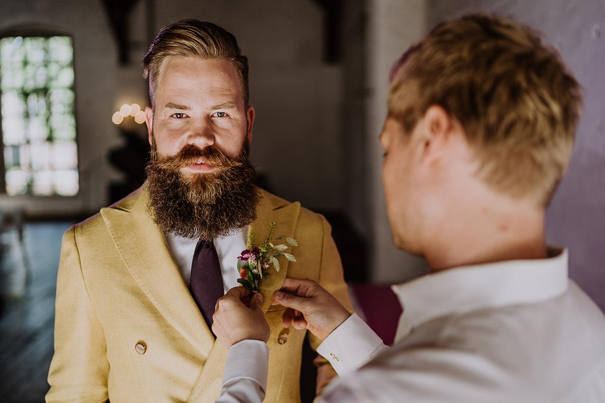 ausdrucksstarkes Hochzeitsfoto Bräutigam - moderne, hippe und urbane Hochzeitsreportage im von Greifswald Berlin von Hochzeitsfotografin © www.hochzeitslicht.de