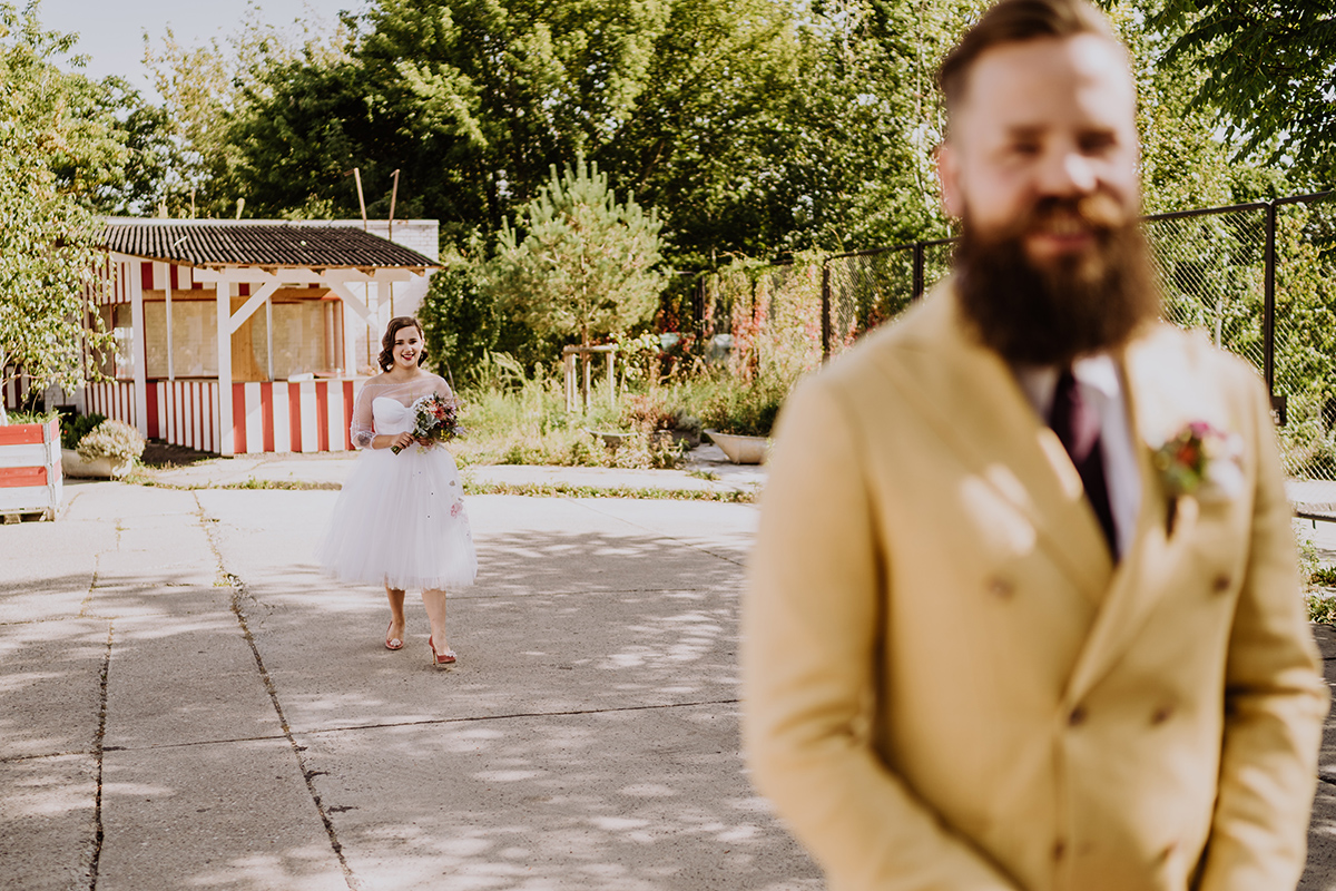 Hochzeitsfotografie First Look Braut und Bräutigam - moderne, hippe und urbane Hochzeitsreportage im von Greifswald Berlin von Hochzeitsfotografin © www.hochzeitslicht.de