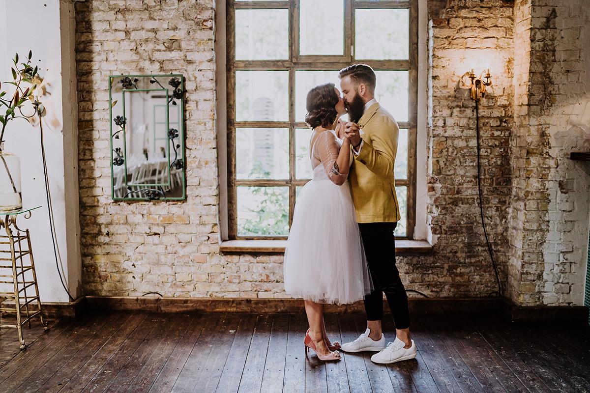 Inspiration Posieren Brautpaarfoto Kuss beim Tanzen - moderne, hippe und urbane Hochzeitsreportage im von Greifswald Berlin von Hochzeitsfotografin © www.hochzeitslicht.de