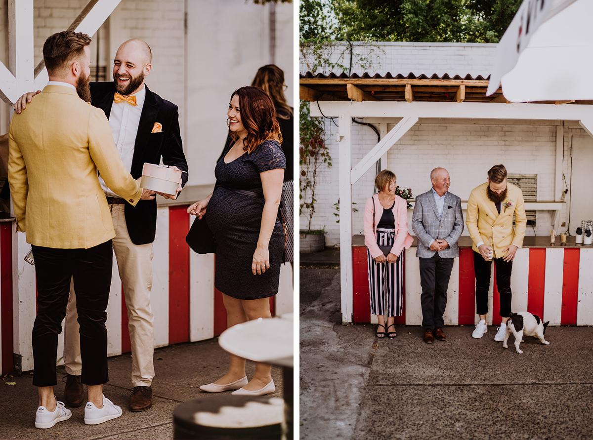 Hochzeitsreportagefoto Brautpaar mit Gästen bei Hochzeitsfeier mit Hund - moderne, hippe und urbane Hochzeitsreportage im von Greifswald Berlin von Hochzeitsfotografin © www.hochzeitslicht.de