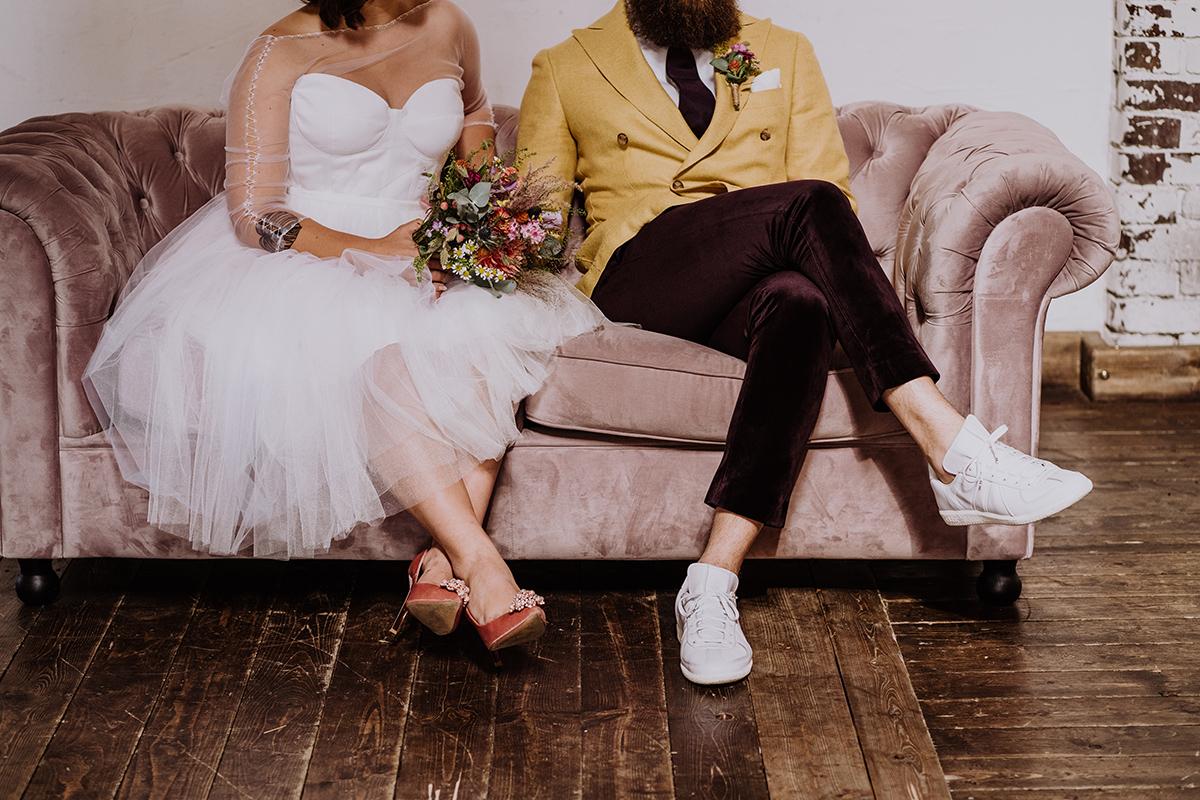 kreatives Hochzeitsfoto Brautpaar bei freier Trauung DIY Hochzeit - moderne, hippe und urbane Hochzeitsreportage im von Greifswald Berlin von Hochzeitsfotografin © www.hochzeitslicht.de