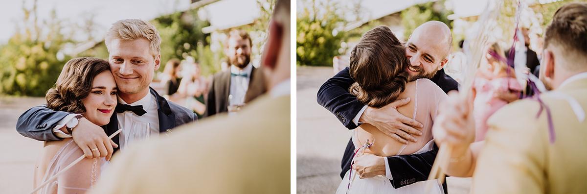 Hochzeitsreportagefotos Gratulation Gäste - moderne, hippe und urbane Hochzeitsreportage im von Greifswald Berlin von Hochzeitsfotografin © www.hochzeitslicht.de