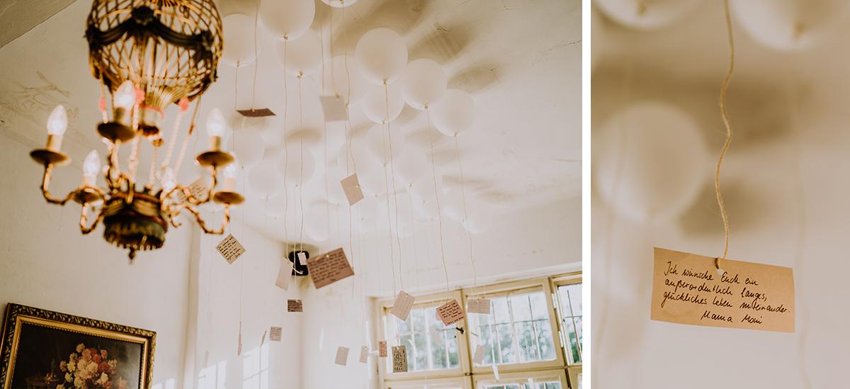 Idee weiße Ballons zur Hochzeit Kärtchen mit guten Wünschen von Gästen an Brautpaar - moderne, hippe und urbane Hochzeitsreportage im von Greifswald Berlin von Hochzeitsfotografin © www.hochzeitslicht.de