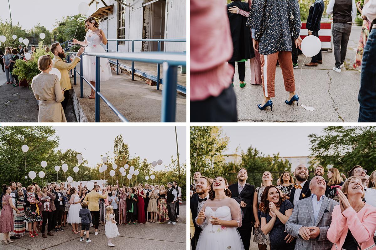 Hochzeitsfotos Ballons Steigen lassen mit guten Wünschen für das Brautpaar - moderne, hippe und urbane Hochzeitsreportage im von Greifswald Berlin von Hochzeitsfotografin © www.hochzeitslicht.de