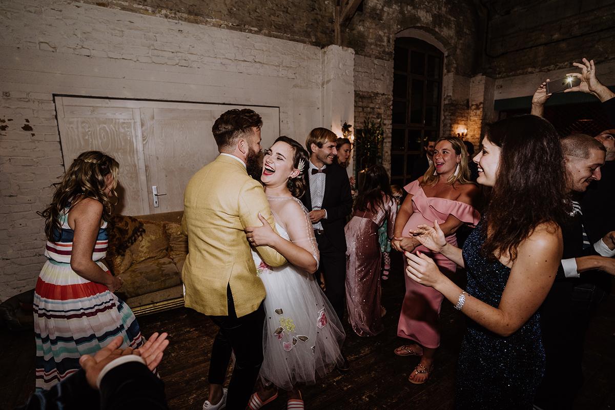 Hochzeitsfoto Hochzeitstanz Braut und Brautpaar Hochzeitsfeier - moderne, hippe und urbane Hochzeitsreportage im von Greifswald Berlin von Hochzeitsfotografin © www.hochzeitslicht.de