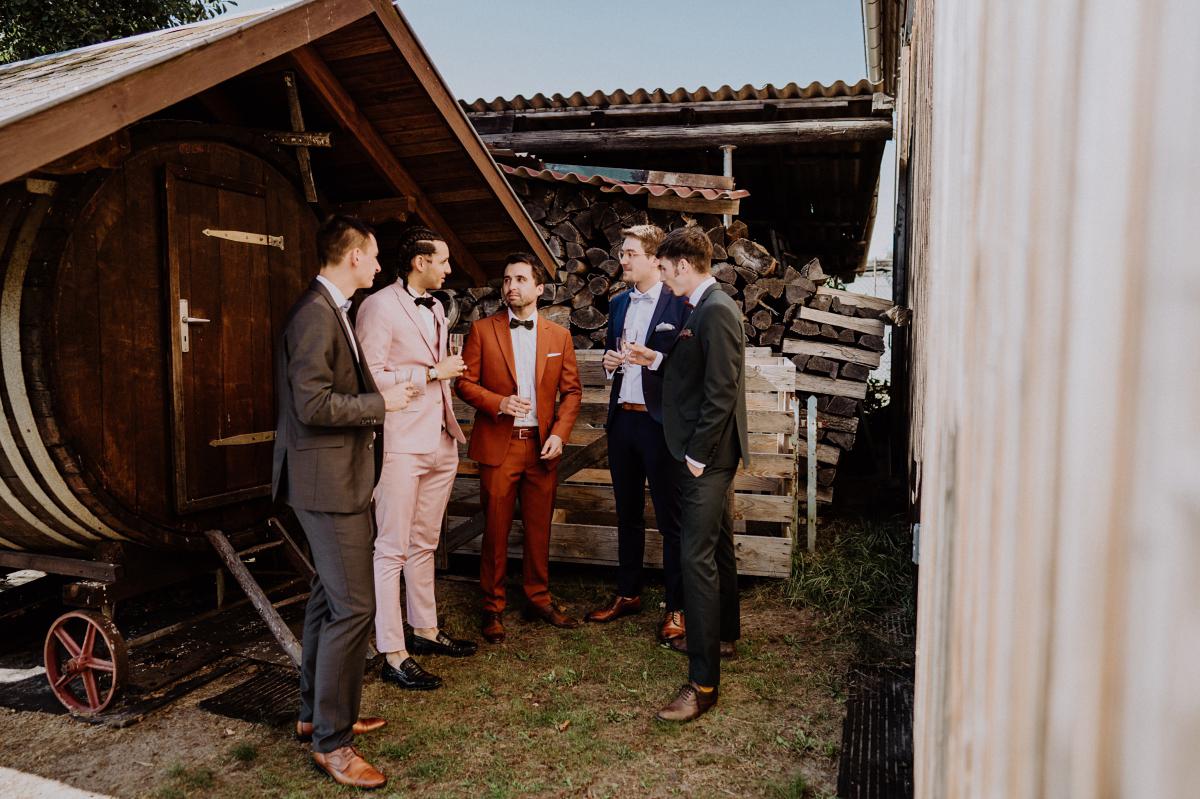 Idee Fotoshooting Bräutigam Trauzeugen rustikale Hochzeit - Standesamt Weidendom und Spreewood Distillers DIY-Herbst-Hochzeit von Spreewald Hochzeitsfotografin aus Berlin © www.hochzeitslicht